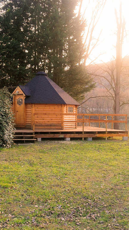 Kota finlandais avec terrasse extérieure, hébergement insolite en Ardèche au camping d'Andance en Rhône-Alpes