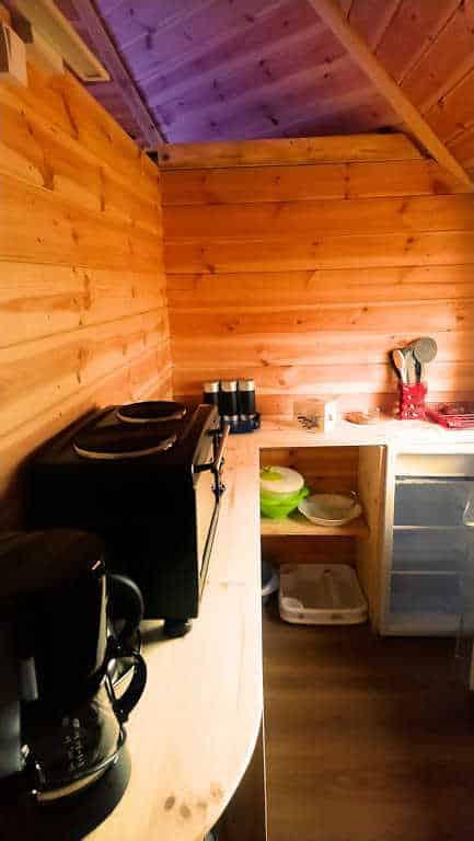 La cuisine du Kota finlandais, hébergement insolite en Ardèche au camping d'Andance