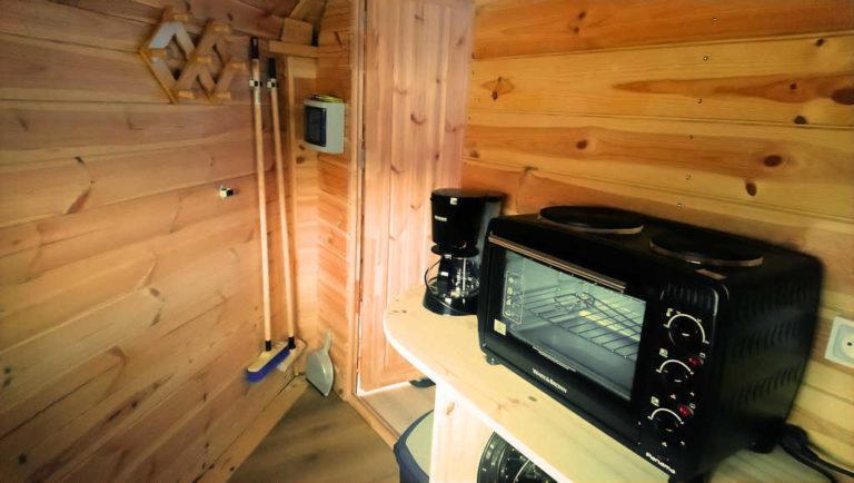 La cuisine du Kota finlandais, hébergement insolite en Ardèche verte au camping d'Andance
