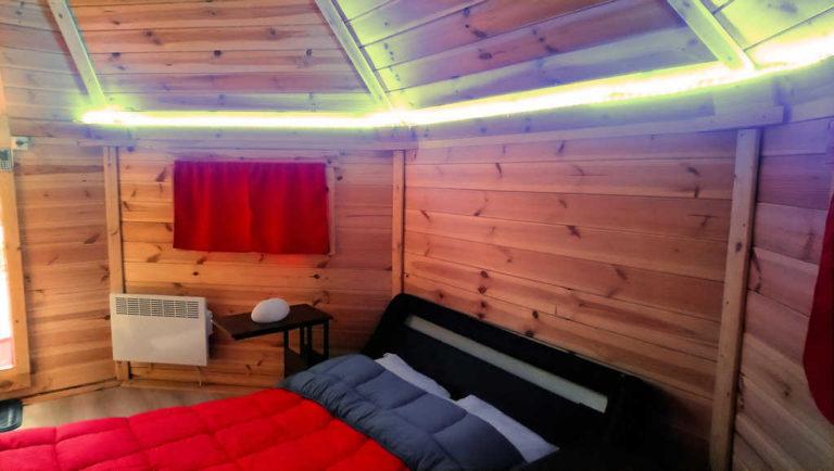 La chambre du Kota finlandais, hébergement insolite en Ardèche au camping d'Andance près du safari de Peaugres